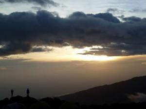 夕日に染まるメルー山