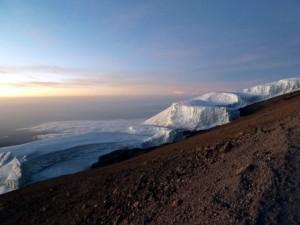 朝日に染まる氷河